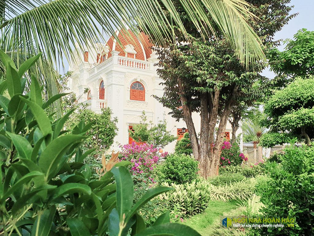 Hình thực tế biệt thự cổ điển 3 tầng: sân vườn