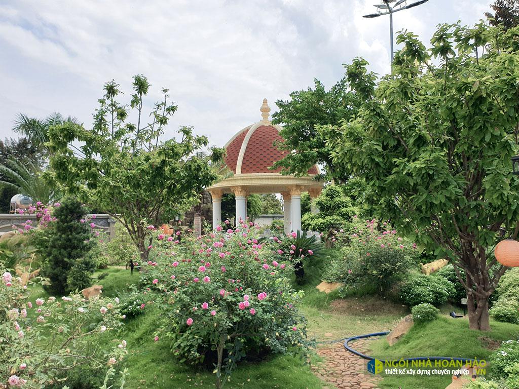 Góc sân vườn hình thực tế biệt thự cổ điển 3 tầng